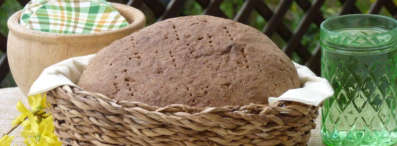 Ein Laib Brot in einem Koerbchen