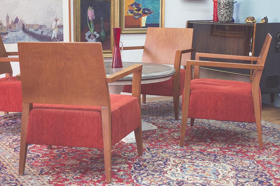 5b517a368057de Da gibt es alte rote Polstermöbel und Barhocker mit schwarzem Bezug. Ein  paarmal lachen Marilyn Monroe und Elvis von den Wänden und in den  Schaufenstern ...